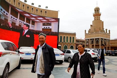 Presidentti Xi Jinpingin kuva koristaa seinää Kashgarin kaupungin päätorilla Xinjiangissa.