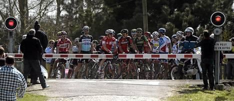Pyöräilykilpailu jatkui tasaväkisistä lähtökohdista, sillä kilpailijat koottiin samaan joukkoon sen jälkeen, kun osa oli joutunut odottamaan tasoristeyksessä Paris-Roubaixin kilpailussa Ranskan Wallerissa sunnuntaina.