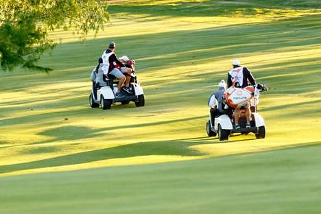 Golfautot on otettu erikoiseen käyttöön Yhdysvalloissa. Kuvan ihmiset eivät liity tuoreimpaan villitykseen.