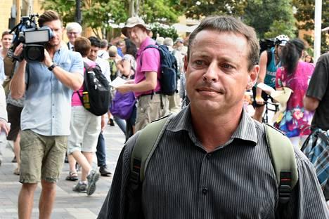 Guantánamossa vankina ollut David Hicks poistuu lehdistötilaisuudesta Sidneyssä torstaina.