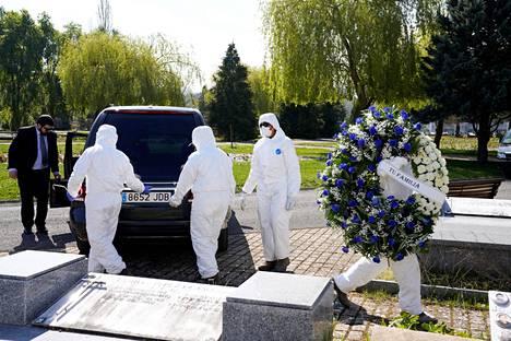 Vittorian kunnan työntekijät toivat koronaviruksen aiheuttamiin komplikaatioihin kuolutta hautausmaalle perjantaina Espanjanssa.