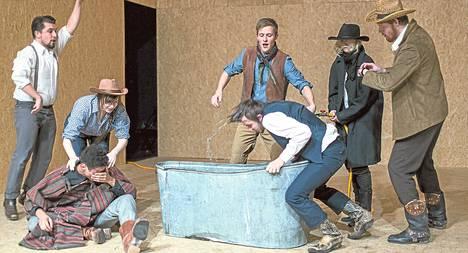 Akse Petterssonin Von Krahl -teatteriin ohjaama How The West Was Won hyödyntää lännenelokuvien kliseitä ja käsittelee vapautta.