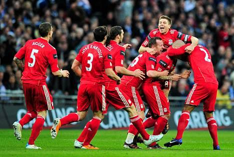 Liverpool - päällimmäisenä joukkueen kapteeni Ssteven Gerrard - juhli Martin Skrtelin laukomaa 1-1-tasoitusmaalia.