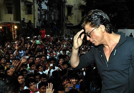 Intialainen Bollywood-näyttelijä Shah Rukh tervehti fanejaan elokuvateatterin ulkopuolella tiistaina Mumbaissa. Kyseessä oli Rukhin tähdittämän uuden Happy New Year -elokuvan markkinointitapahtuma. Intialaisen Farah Khanin ohjaaman elokuvan maailmanensi-ilta oli 24. lokakuuta. Elokuvassa puhutaan hindiä, tamilia ja telugua.