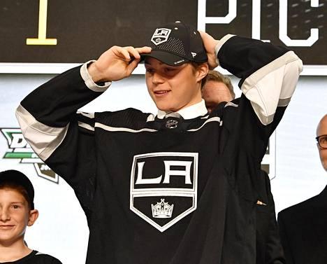 Rasmus Kupari NHL:n varaustilaisuudessa kesäkuussa.