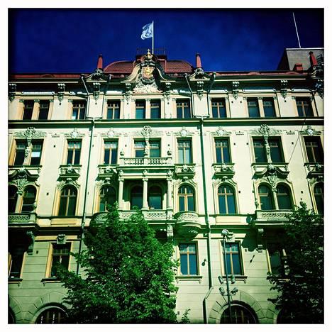 Suomen lippu piirrettiin Rautatientorin laidassa Fennian talossa.