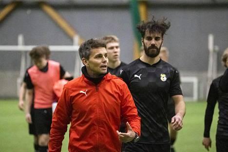 Simo Valakari (edessä) on KuPSin uusi päävalmentaja, taustalla näkyvä Diogo Tomas puolestaan Ilveksestä tullut topparivahvistus. KuPSia pidetään jälleen selvänä ykköshaastajana hallitsevalle mestarille HJK:lle.