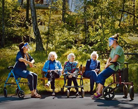 Maryna Umanets, Ingrid Döbling, Ann-Marie Erixon, Kitty Pihl ja Daria Lubowiecka viettivät hyvän hetken ulkosalla. Hoitajilla täytyy olla ulkonakin visiirit, kun he ovat asukkaiden lähellä.