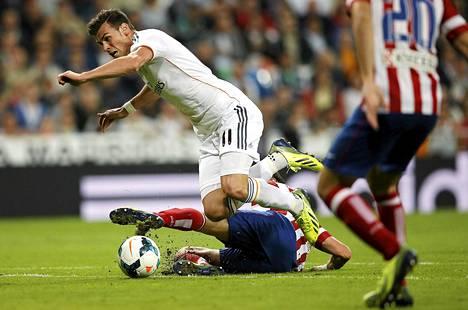 Atletico Madridin Filipe Luis (maassa) pani Gareth Balen ahtaalle kaksi viikkoa sitten pelatussa pääkaupungin paikallispelissä.