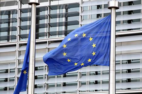 EU-liput liehutvat EU-parlamentin edustalla Bryssellissä.