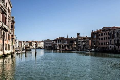Venetsian asukkaat raportoivat, että kaupungin vesistöt on kirkastuneet. Venetsian Canal Grande sunnuntaina 15. maaliskuuta.