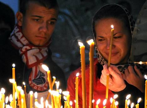 Surijat pukeutuivat Lokomotiv Jaroslavlin joukkueen paitoihin ja huiveihin muistotilaisuudessa Uspenskin katedraalissa Jaroslavlissa.