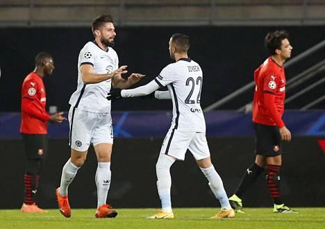 Chelsean 2–1-voittomaalin tekijä Olivier Giroud (vas.) juhli maalia maalin alustaneen Hakim Ziyechin kanssa.