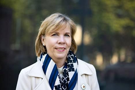 """Rkp:n puheenjohtaja Anna-Maja Henriksson haluaa, että Suomen rajoja aukaistaan enemmän. """"Nyt kun olemme eläneet tämän koronaviruksen kanssa yli vuoden, huomataan, kuinka helppoa on asettaa rajoituksia mutta kuinka vaikea niitä on purkaa tasapainoisesti ja askel askeleelta"""", hän sanoo."""