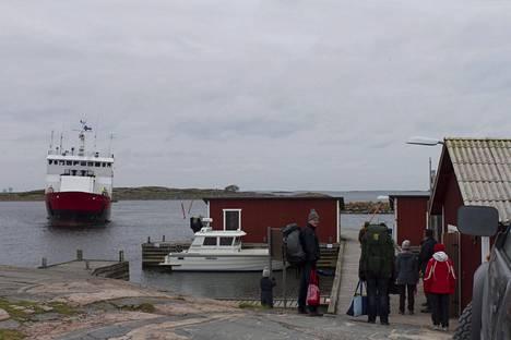 Yhteysalus Eivor liikennöi Nauvon ja Utön välillä. Kuvassa matkustajia odottamassa lähtöä Jurmossa.