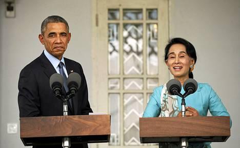 Yhdysvaltain presidentti Barack Obama ja oppositiopoliitikko Aung San Suu Kyi pitivät lehdistötilaisuuden tapaamisensa jälkeen Myanmarin Yangonissa perjantaina.