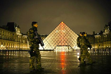 Ranskalaiset sotilaat vartioivat taidemuseo Louvren sisäänkäynnin tienoilla tiistaina Pariisissa.