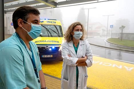 """Päivystys- ja ensiapupoliklinikan johtava lääkäri Ana Clara Coelho (oik.) sekä osastonhoitaja Nuno Vieira ennakoivat ennätyksellistä koronapotilaiden määrää tällä viikolla. """"Varaudumme katastrofiin"""", Coelho sanoo. Tartuntoja on vahvistettu Portugalissa maailman eniten väkilukuun nähden."""