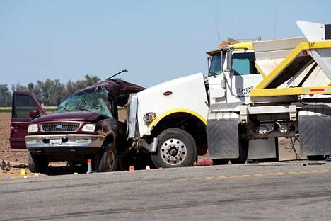 Katumaasturin ja sorarekan törmäys tapahtui Kaliforniassa lähellä Holtvillen kaupunkia.