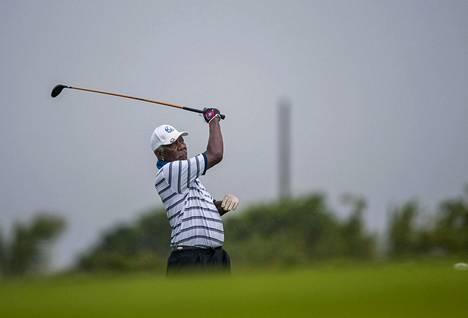 Amerikkalaisnäyttelijä Morgan Freeman pelasi golfia Kiinan Haikoussa lokakuussa 2014.