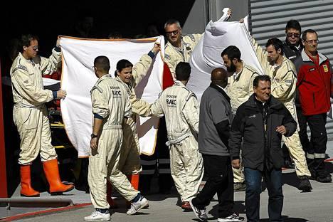 McLaren Honda -tallin työntekijät suojasivat loukkaantunutta Fernando Alonsoa sunnuntaina Jerezin radalla.