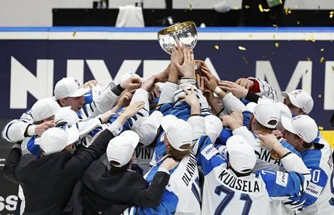 MM-kultaa toukokuussa juhlineen Suomen maailmanmestarijoukkueen tarina ilmestyy kirjana lokakuussa.
