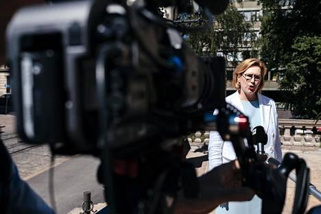 Työministeri Tuula Haatainen (sd) saapui hallituksen neuvotteluihin Säätytalolle keskiviikkona.