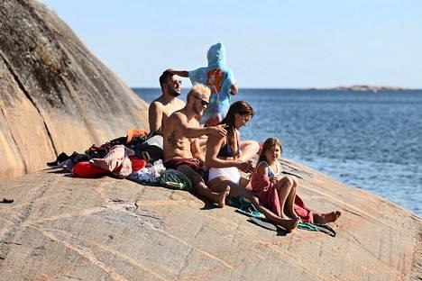 Jegor Korzyukov (takana vasemmalla), Roosa Hämäläinen, Donna Ojalainen, Jonas Honkanen, Katarina Malmio ja Isabella Ojalainen nauttivat Hangon meri-ilmastosta Casinon rannassa torstaina.