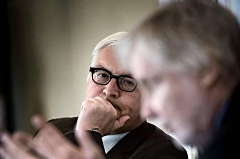 Frank-Walter Steinmeier (vas.) osallistui Erkki Tuomiojan kanssa keskustelutilaisuuteen torstaina Helsingissä.