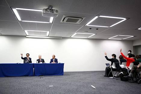 Tokion kesäolympialaisten kisajärjestäjiä tiedotustilaisuudessa perjantaina.