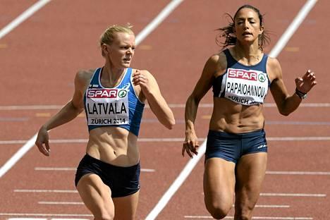 Hanna-Maari Latvala (vas.) 100 metrin alkuerässä tiistaina. Vierellä kiitää Kyproksen Anna Ramona Papaioannou.