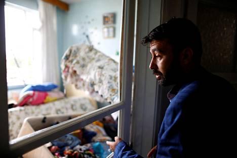 Omer Ciloglu seisoi tuhoutuneessa kodissaan Kilisin kaupungissa Turkin kaakkoisrajalla. Taloon oli osunut Syyriasta ammuttu raketti.
