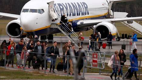 Matkustajat kävelevät Ryanairin lentokoneesta Modlinin lentoasemalla Varsovan läheisyydessä Puolassa marraskuussa 2018.