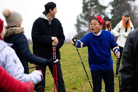 Eteläkorealainen koomikko Kim Junho alias Charlie Kim opetteli Finga-tanssia Tuusulanjärven rannalla Vanhankylänniemessä Järvenpäässä.