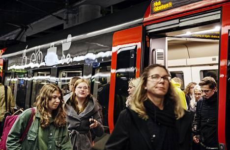 Matkustajia Malmön päärautatieasemalla lokakuussa 2019. Ruotsin liikennevirasto arvioi, että suora yöjunayhteys Malmöstä Kölniin voisi olla mahdollinen aikaisintaan kahden vuoden päästä.