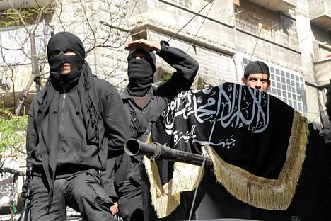 Al-Nusran jäseniä osallistumassa perjantaina Syyrian Aleppossa paraatiin, jossa vaadittiin Syyrian muuttamista islamistiseksi valtioksi.
