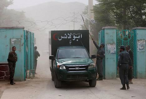 Ambulanssi kuljetti räjähdysten uhreja hautajaispaikalta Kabulissa lauantaina.