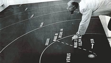 Yhdysvaltain Mariner II -raketin alkutaival kaavakuvana kahden vuorokauden lennon jälkeen, jolloin se oli 250000 mailin eli 400000 kilometrin päässä Maasta. Nuolet osoittavat Venuksen kiertoradan ja Auringon suuntaa. Suunnan korjaus niin, että Mariner sivuuttaa Venuksen sopivimmaksi katsotun paikan päästä, tapahtui raketin ollessa jo kaavion alan ulkopuolella.