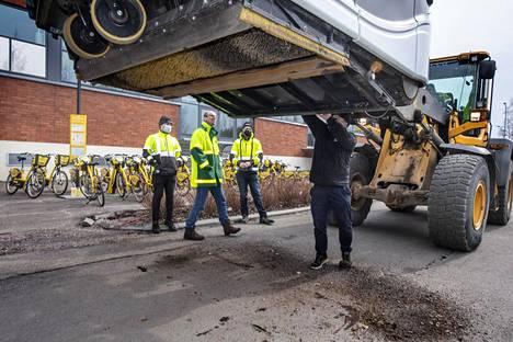 Trombian toimitusjohtaja Antti Nikkanen esittelee kadunlakaisulaitteen säiliötä, jonne laite on kerännyt hiekkaa ja katupölyä.