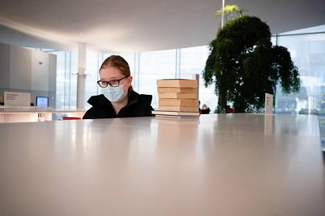 Maisa Mattila varautuu uusiin koronarajoituksiin lainaamalla ison pinon kirjoja.