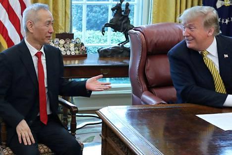 Yhdysvaltain presidentti Donald Trump tapasi kauppaneuvotteluihin osallistuneen Kiinan varapääministerin Liu Hen torstaina 4. huhtikuuta työhuoneessaan.