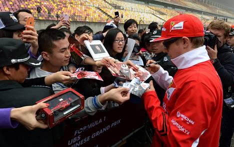 Kimi Räikkönen jakoi torstaina nimmareita kiinalaisille faneilleen Shanghain radalla.