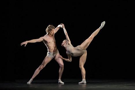 Sergei Popov ja Sari Ikonen esittävät henkiolentoja Romeo ja Julia -baletissa.