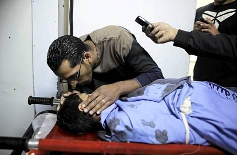 Mies suuteli 14-vuotiaan Orwah Hammadin ruumista Ramallahin kaupungissa Länsirannalla.
