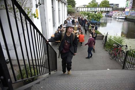 Hakkeri-aktivisti Lauri Love saapumassa Citizen Love -dokumentin kutsuvierasnäytäntöön Itä-Lontoon Hackneyssa tiistai-iltana. Love taistelee Yhdysvaltoihin luovuttamista vastaan. Oikeusprosessi jatkuu syksyllä.