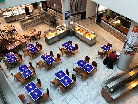 Helsingin Kaisaniemen metroaseman yhteydessä oleva ravintolapiha oli lähes tyhjä lounasaikaan tiistaina.