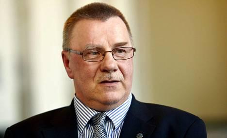 Pentti Oinosen mukaan hänen tietonsa perustuvat lehdissä olleisiin uutisiin.
