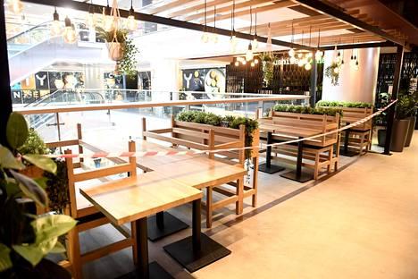 Hallituksen suunnitelmaluonnoksen mukaan ravintolat voisivat aueta rajoitetusti jo tässä kuussa. Koronarajoitusten takia suljettu ravintolan pöytäalue kauppakeskus Citycenterissä Helsingissä kuvattiin maaliskuussa.