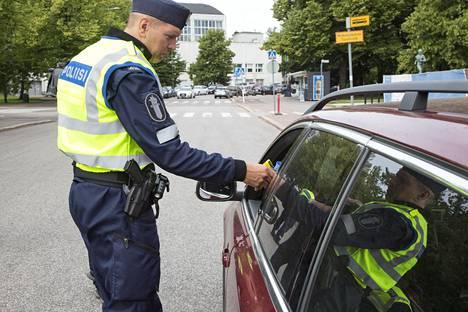 Liikenneturvan mukaan monet poliisin haaviin narahtaneista puhaltavat alkometriin kovat lukemat.