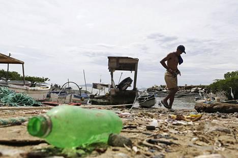 Järjestön mukaan on harhaanjohtavaa, että yritykset mainostavat tuotteitaan kierrätettävinä, vaikka suurta osaa niistä ei kierrätetä. Muoviroskaa Panaman kaupungin rannalla vuonna 2013.
